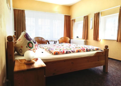 Zimmer 2: Doppelbett und Sitzecke