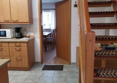 Küche, Ess- und Aufenthaltsbereich und Treppenaufgang: Perfekt für einen Familienurlaub mit bis zu 4 Personen